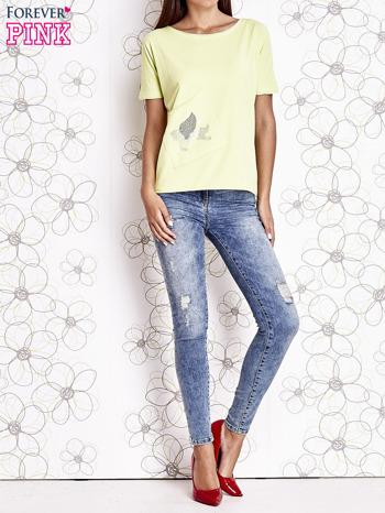 Limonkowy t-shirt z ukośną kieszenią i dżetami                                  zdj.                                  2