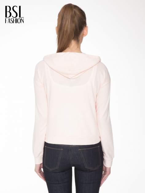 Łososiowa bluza cropped z katurem i nadrukiem numerycznym                                  zdj.                                  4