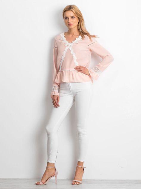 Łososiowa szyfonowa bluzka z koronkowymi wstawkami                              zdj.                              4