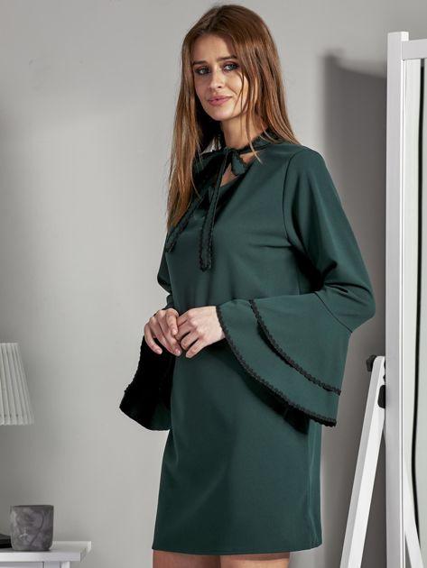 Luźna sukienka z wiązanym chokerem ciemnozielona                              zdj.                              3
