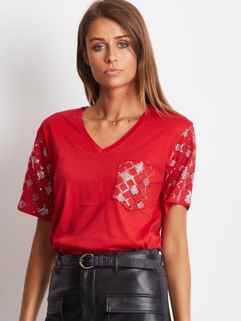 Luźny t-shirt V-neck z błyszczącymi cekinami czerwony                                  zdj.                                  1