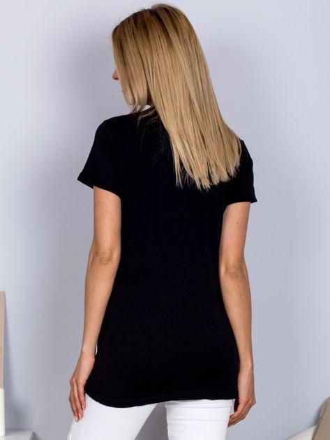 Luźny t-shirt V-neck z kieszenią z cyrkonii czarny                              zdj.                              2