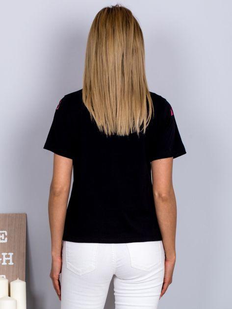 Luźny t-shirt we flamingi czarny                              zdj.                              2