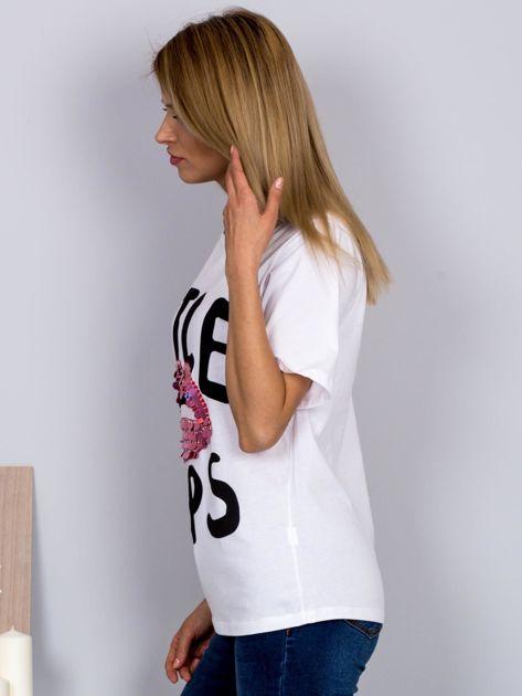 Luźny t-shirt z cekinowymi ustami biały                              zdj.                              5