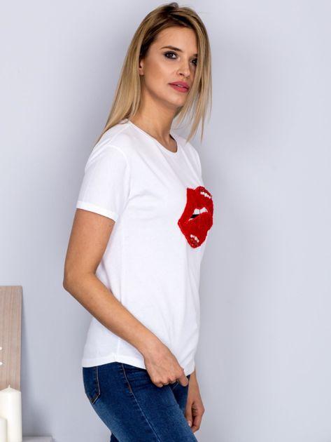 Luźny t-shirt z futrzanymi ustami biały                              zdj.                              3