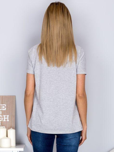 Luźny t-shirt z haftowaną aplikacją roweru jasnoszary                              zdj.                              2