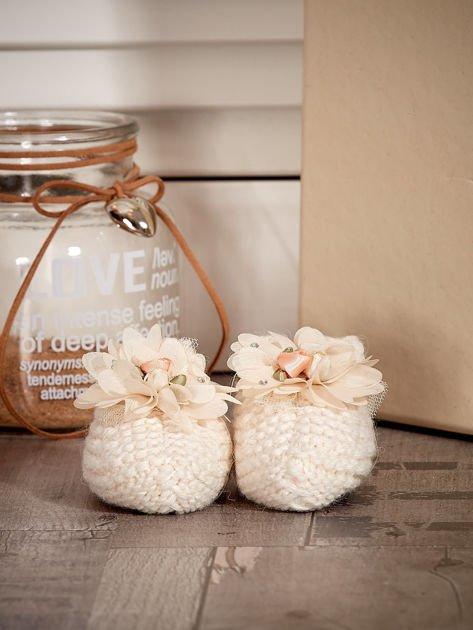 Miękkie buciki dziewczęce z ozdobnymi kwiatami ecru                              zdj.                              1