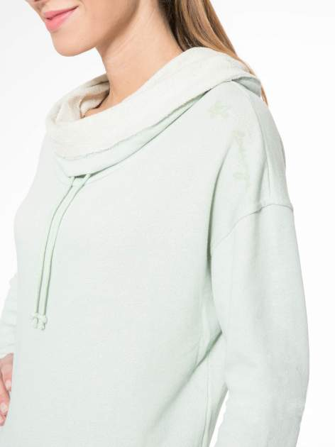 Miętowa długa bluza ze ściąganym kapturokominem                                  zdj.                                  5