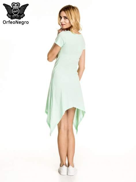 Miętowa sukienka z asymetrycznymi bokami i złotym napisem LA VIE EN ROSE                                  zdj.                                  4