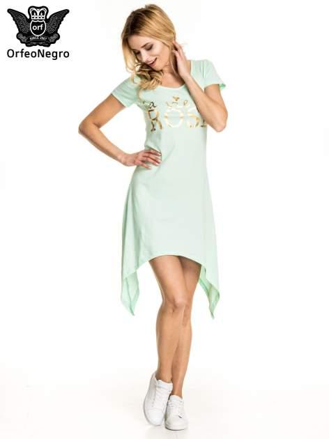 Miętowa sukienka z asymetrycznymi bokami i złotym napisem LA VIE EN ROSE