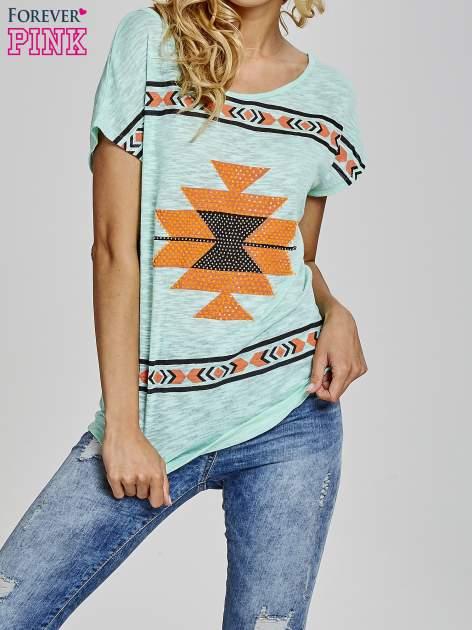 Miętowy t-shirt we wzory azteckie z dżetami                                  zdj.                                  1
