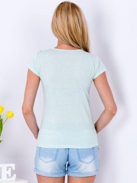 Miętowy t-shirt z etnicznym printem                              zdj.                              2