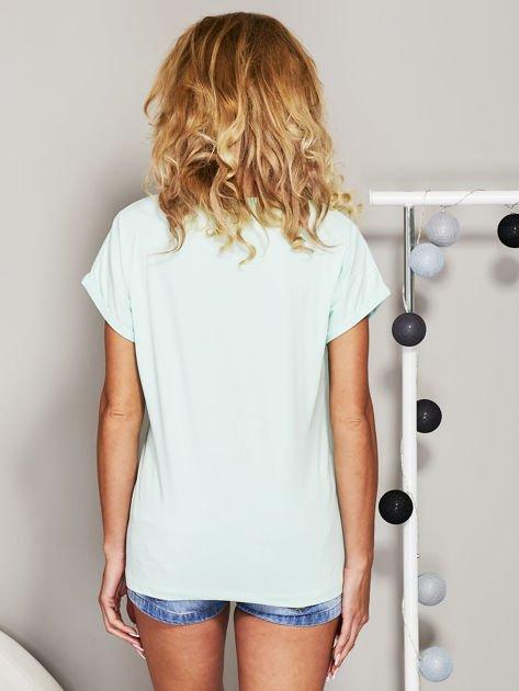 Miętowy t-shirt z koralikową aplikacją                              zdj.                              2