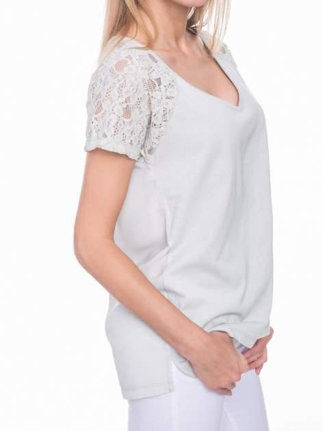 Miętowy t-shirt z koronkowymi rękawami i szyfonowym tyłem                                  zdj.                                  6