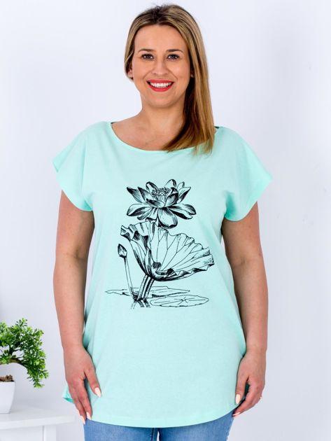 Miętowy t-shirt z motywem roślinnym PLUS SIZE                                  zdj.                                  1