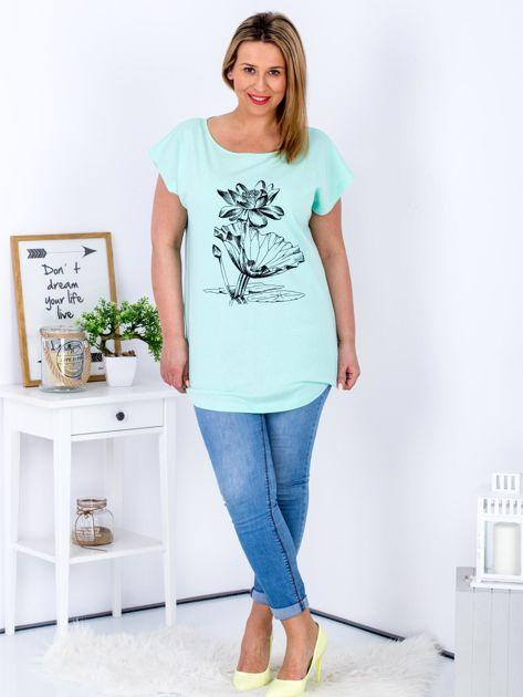 Miętowy t-shirt z motywem roślinnym PLUS SIZE                              zdj.                              4