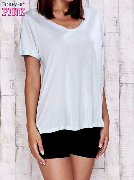 Miętowy t-shirt z przedłużanym tyłem                                  zdj.                                  1
