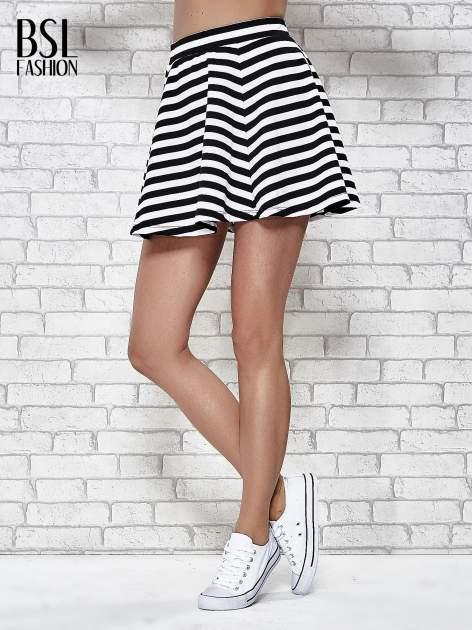 Mini spódnica skater w biało-czarne paski