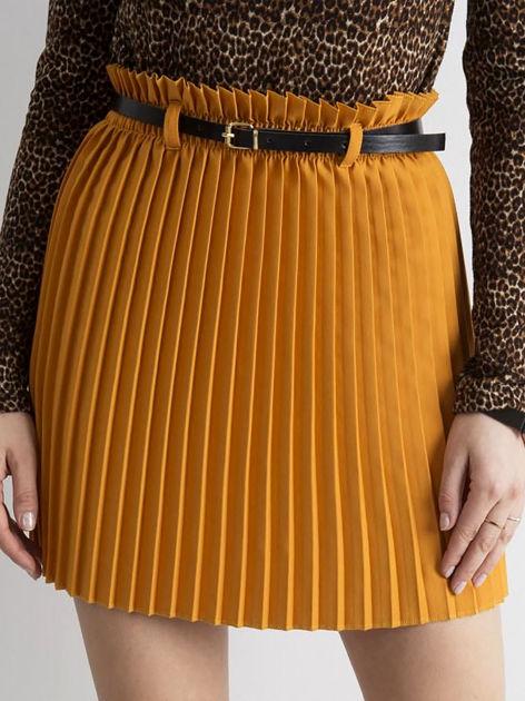 Musztardowa plisowana spódnica z paskiem                              zdj.                              1