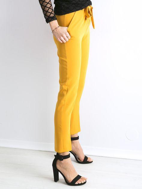 Musztardowe spodnie z wiązaniem                               zdj.                              3