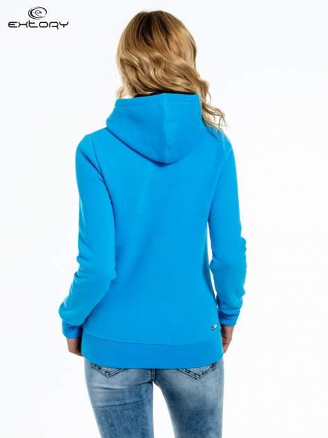 Niebieska bluza sportowa z kapturem i czarnym napisem                                  zdj.                                  4