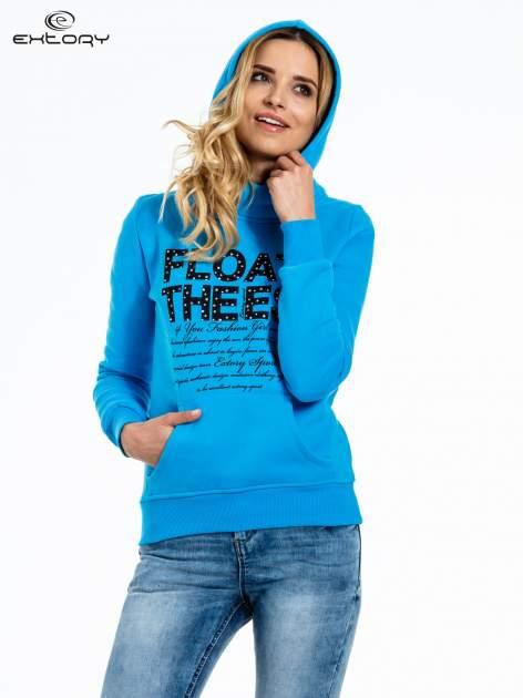 Niebieska bluza sportowa z kapturem i czarnym napisem                                  zdj.                                  5