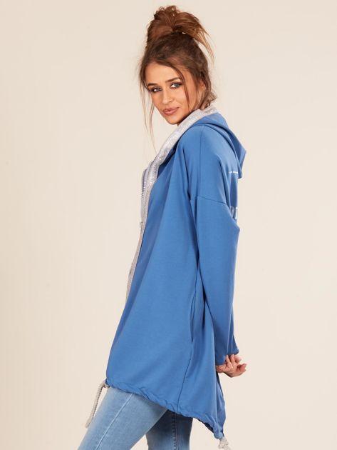 Niebieska bluza z kapturem i napisem z tyłu                              zdj.                              3
