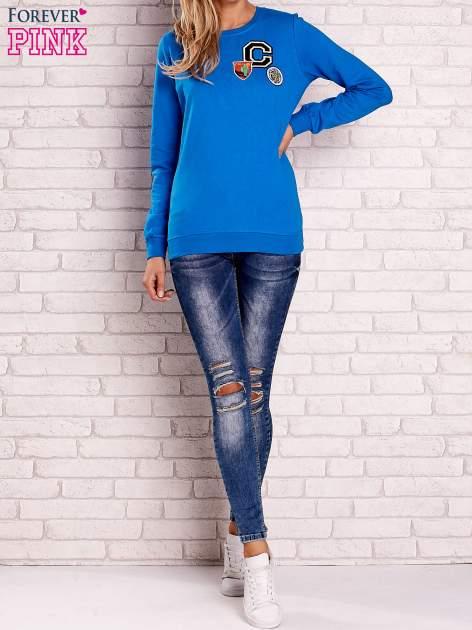 Niebieska bluza z kolorowymi naszywkami                                  zdj.                                  4