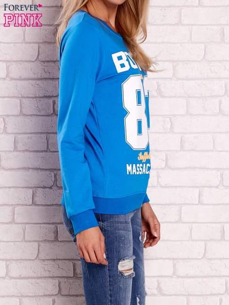 Niebieska bluza z napisem BOSTON 83                                  zdj.                                  3