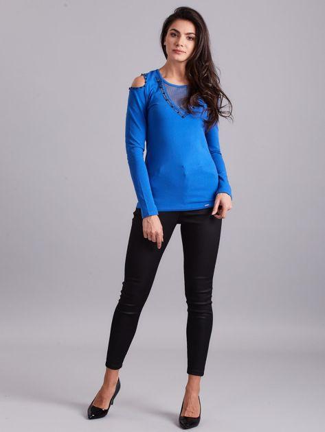Niebieska bluzka cold shoulder z aplikacją                              zdj.                              4