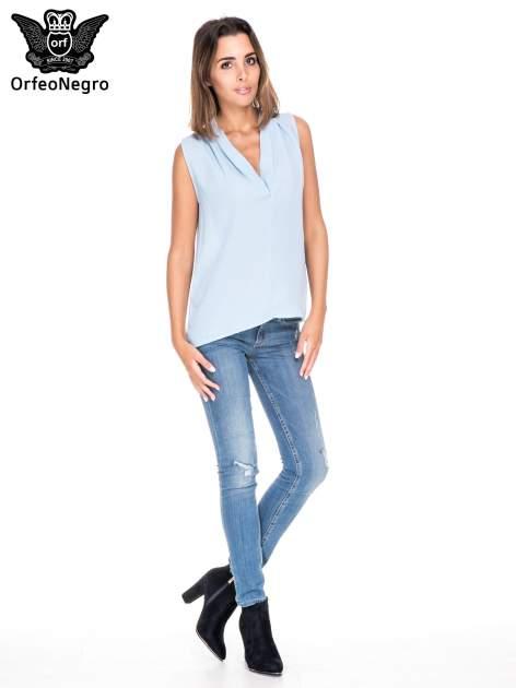 Niebieska bluzka koszulowa z dekoltem V-neck                                  zdj.                                  2