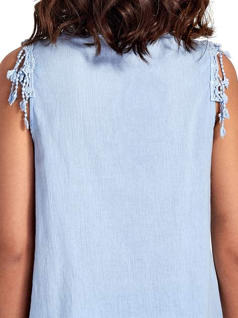 Niebieska bluzka koszulowa z frędzlami przy dekolcie                                  zdj.                                  6