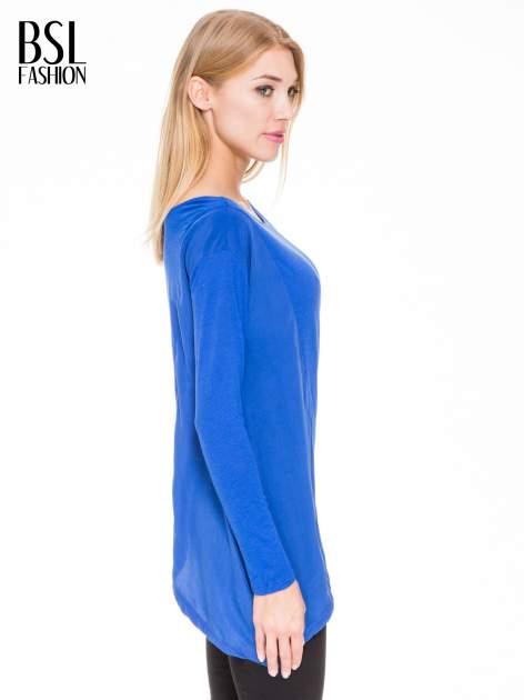 Niebieska bluzka z asymetrycznym bokiem                              zdj.                              2