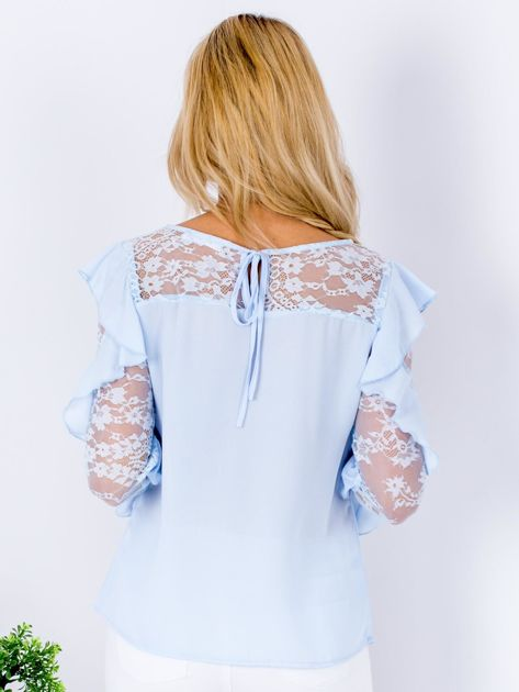 Niebieska bluzka z falbanami i koronkowymi rękawami                              zdj.                              2