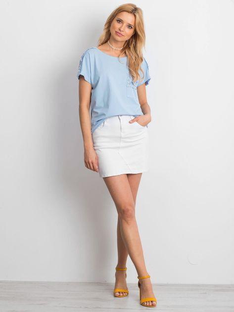 Niebieska bluzka z koronkową kieszonką                              zdj.                              4
