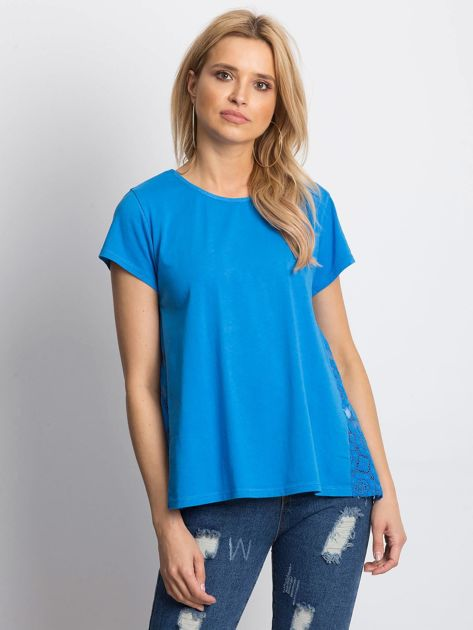 Niebieska bluzka z koronkową wstawką na plecach                              zdj.                              1