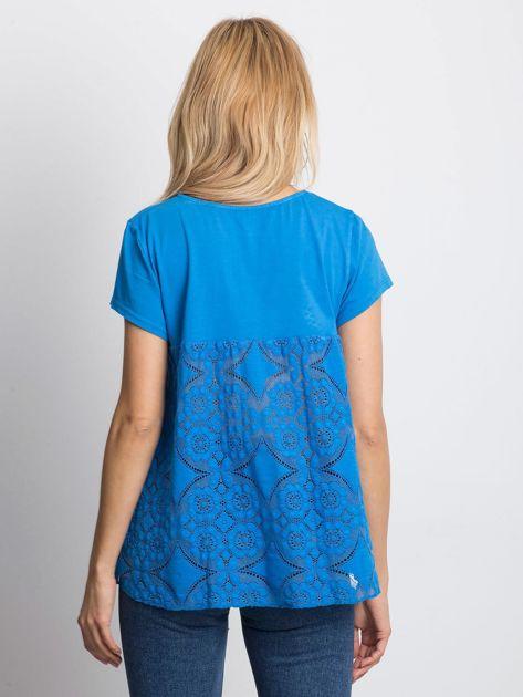 Niebieska bluzka z koronkową wstawką na plecach                              zdj.                              2