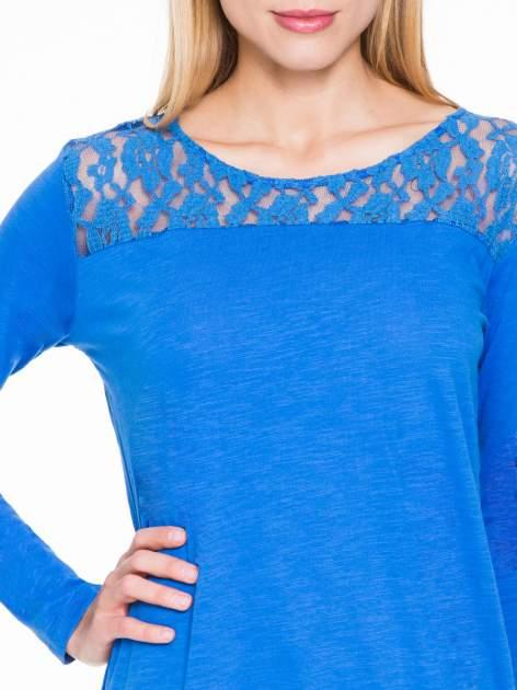 Niebieska bluzka z koronkowym karczkiem                                  zdj.                                  5