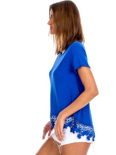 Niebieska bluzka z koronkowym wykończeniem                              zdj.                              3