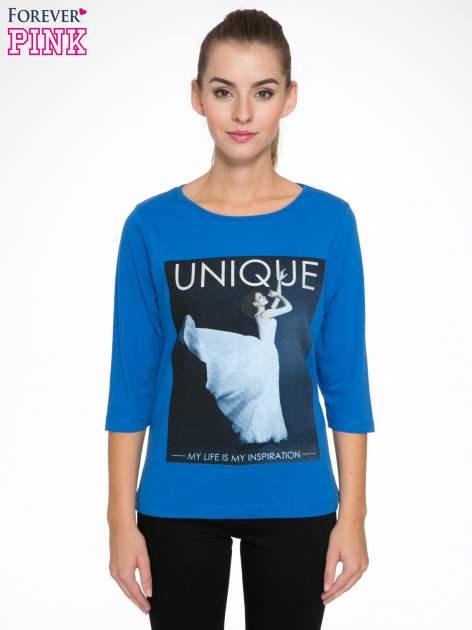 Niebieska bluzka z nadrukiem kobiety i napisem UNIQUE                                  zdj.                                  1