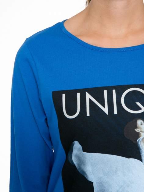 Niebieska bluzka z nadrukiem kobiety i napisem UNIQUE                                  zdj.                                  6