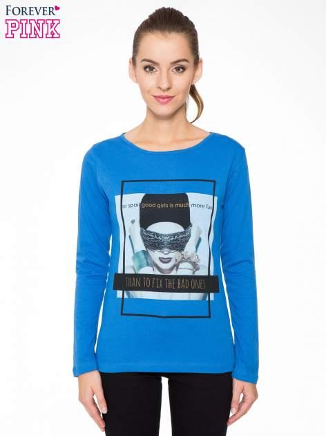 Niebieska bluzka z portretem kobiety i napisem GOOD GIRLS...