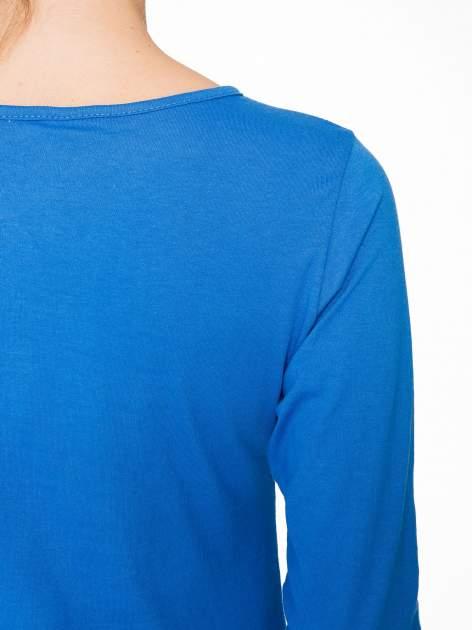 Niebieska bluzka z portretem kobiety i napisem GOOD GIRLS...                                  zdj.                                  8