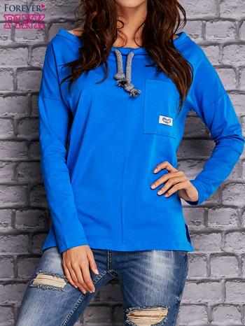 Niebieska bluzka z wiązaniem przy dekolcie i kieszenią                              zdj.                              1