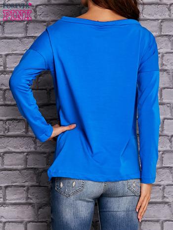 Niebieska bluzka z wiązaniem przy dekolcie i kieszenią                              zdj.                              4
