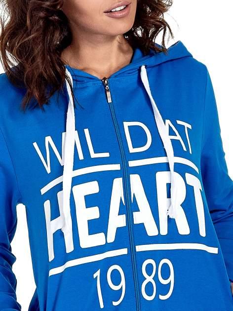 Niebieska damska bluza z kapturem i napisem WILD AT HEART 1989                                  zdj.                                  6