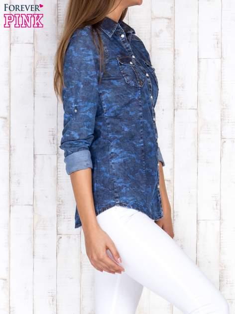 Niebieska damska koszula jeansowa w moro                                  zdj.                                  3