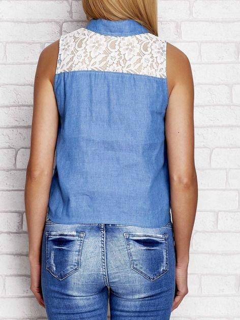 Niebieska denimowa koszula z wiązaniem i koronkową wstawką