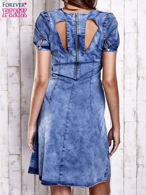 Niebieska denimowa sukienka z wycięciami na plecach                                  zdj.                                  4