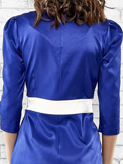 Niebieska elegancka sukienka z satyny z drapowaniem                                  zdj.                                  6